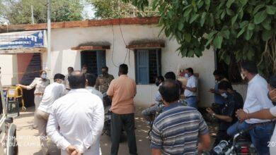 Photo of हाफ सटर खोलने की अनुमति लेने किराना व्यापारी पहुंचे थाने