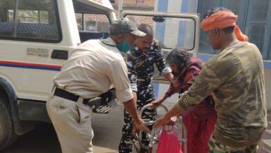 Photo of बुजुर्ग महिला को थाने के वाहन से पहुंचाया घर