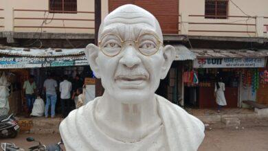 Photo of गांधी प्रतिमा से बार बार की जा रही है छेड़छाड़