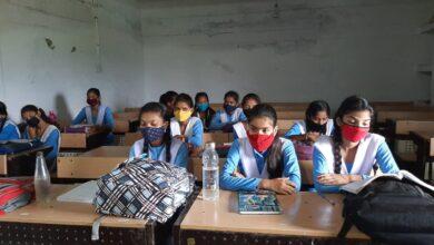 Photo of जर्जर स्कूल की टपकती छत के नीचे कक्षाओ का हो रहा संचालन