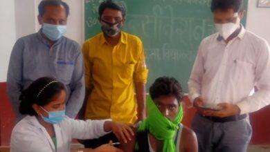 Photo of मण्डल महामंत्री सुरेंद्र साहू टीकाकरण के लिए कर रहे लोगों को जागरूक
