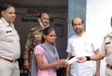 Photo of बेसहारा दिव्यांग छात्रा का मोबाइल गुमा तो पुलिस ने GIFT किया नया मोबाइल